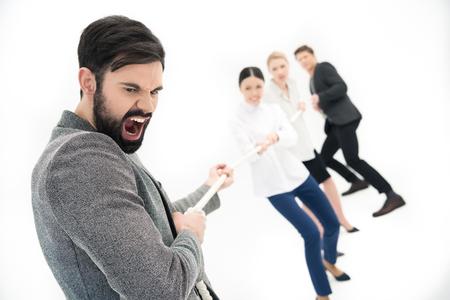groep van mensen uit het bedrijfsleven trekken over touw Stockfoto