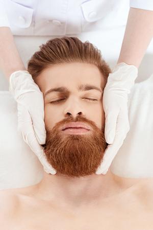 男の美容サロンでリラックス。健康的なライフ スタイルの人概念
