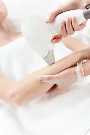 一方レーザー皮膚のケアを受ける女性