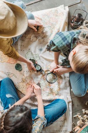 kids playing treasure hunt with map on porch 版權商用圖片