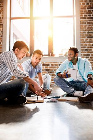 jonge professionele groep werken aan nieuw zakelijk project in een klein kantoor
