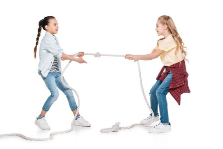 Girls play tug of war Banque d'images