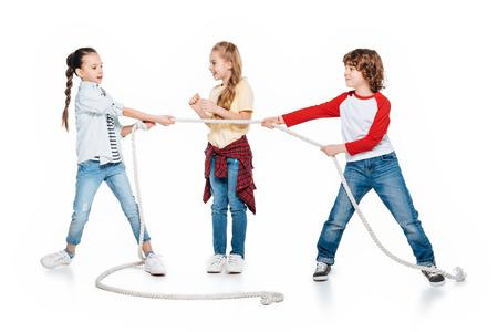 Kinderen spelen touwtrekken