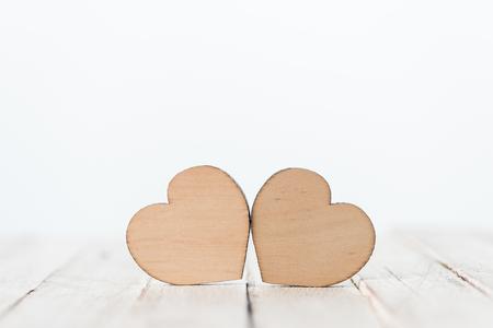 白の装飾的な木製の心のシンボル