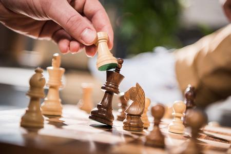 jugando ajedrez: vista parcial del hombre jugando al ajedrez juego Foto de archivo