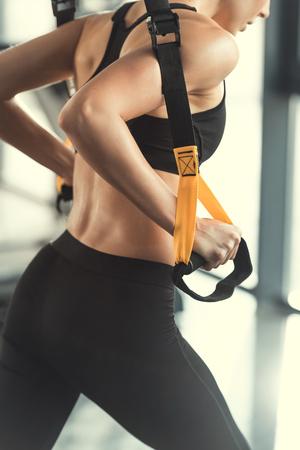 trx トレーニングのストラップでトレーニング フィットネス女性