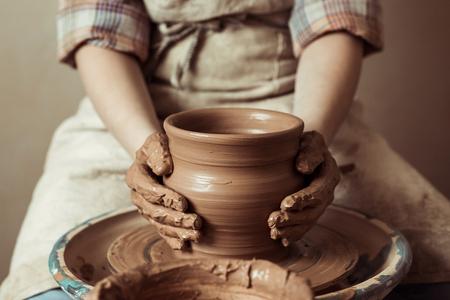 kind handen bezig met aardewerk wiel op workshop