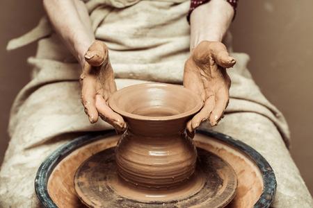 mains des femmes travaillant sur la roue de potiers Banque d'images