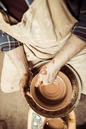 mannelijke vakman die aan pottenbakkerswiel werkt Stockfoto