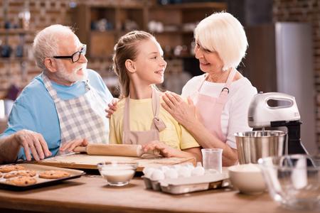 rodinné hnětení těsta Reklamní fotografie