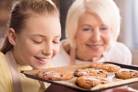 Grand-mère et petit-fils avec des cookies