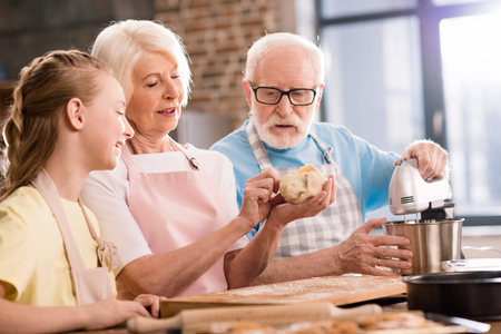Rodzina wyrabia ciasto Zdjęcie Seryjne