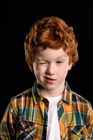 사랑스러운 빨간 머리 소년 깜박이의 초상화