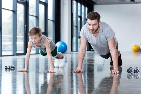 Mann und Junge machen Push-ups