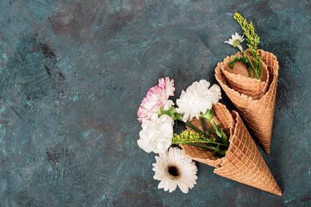 bovenaanzicht van bloemen in suiker kegels die op stenen tafel, stilleven Stockfoto