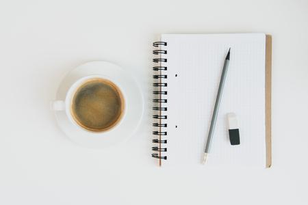 Hoogste mening van notitieboekje met potlood en rubber en kop van koffie Stockfoto