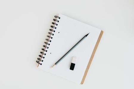 notitieboekje met potlood en rubber op lijstbovenkant