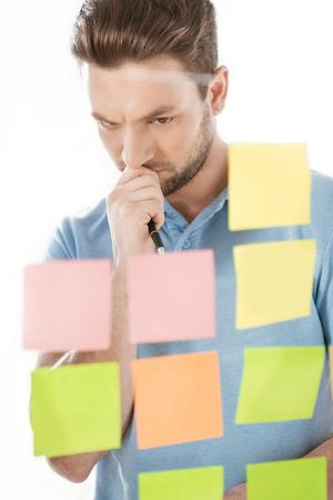nadenkende toevallige zakenman die aan nieuw project op kantoor werken