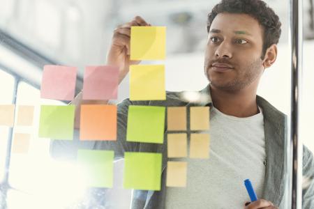 toevallige zakenman die aan nieuw project op modern kantoor werken