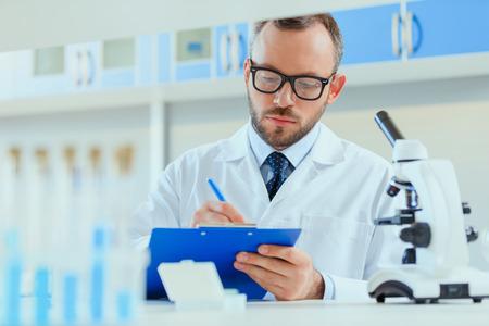 실험실에서 일하는 제복을 입은 젊은 의사 클리닉 스톡 콘텐츠