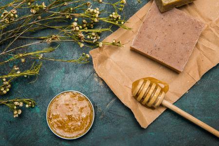Großaufnahme der handgemachten Seife, des Honigs, der getrockneten Blumen und der Creme für Schönheitspflege Standard-Bild - 79833708