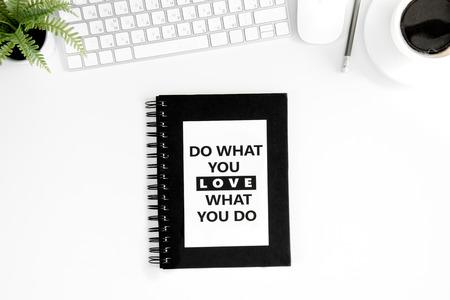Poner plano con hacer lo que amas lo que haces cita motivacional en el diario Foto de archivo - 80150882