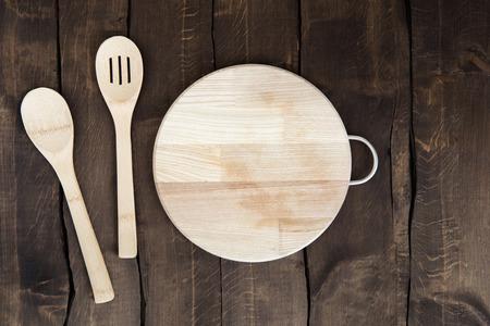 Bovenaanzicht van cirkelvormige snijplank met keukengerei Stockfoto