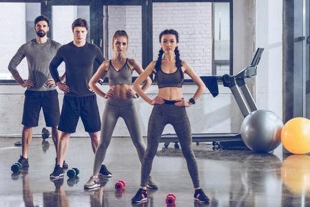 atletische jongeren in sportkleding trainen in de sportschool