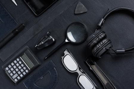 様々 な事務用品ヘッドフォン モックアップ