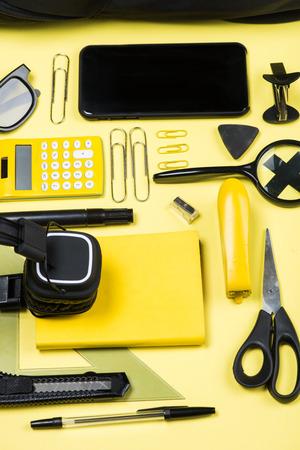 黄色のヘッドフォン、電卓、様々 な学校のクローズ アップ ビューを提供します。