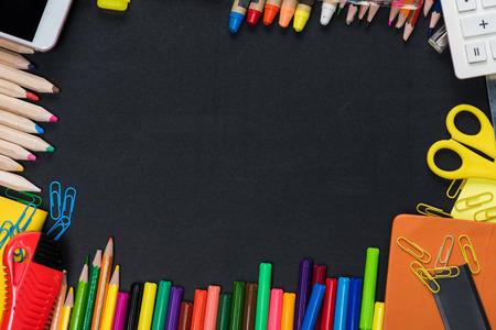 Hoogste mening van kader van kleurrijke school en bureaulevering op zwarte Stockfoto