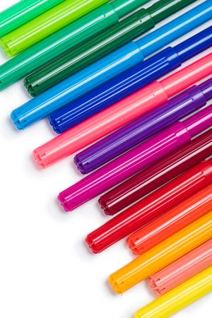 reeks kleurrijke viltstiften die op wit worden geïsoleerd