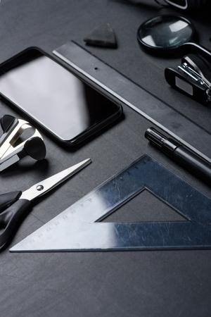 様々 なオフィス用品モックアップとスマート フォン 写真素材