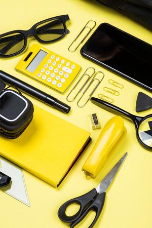 계산기, 스마트 폰 및 학교의 근접 촬영보기 노란색