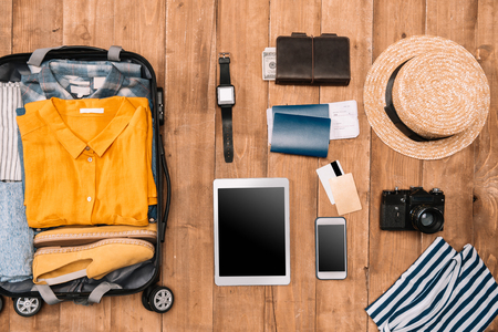 Flat lay of summer vacation things neatly organized on wooden background. Travel concept. Banco de Imagens