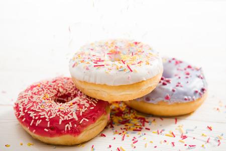 상단에 설탕을 입 힘와 함께 세 가지 맛있는 도넛의 뷰를 닫습니다.