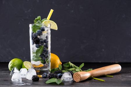bosbes en braambessenlimonade in glas met stro, cocktailbar achtergrondconcept