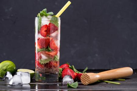 aardbeien limonade in glas met ijsblokjes, cocktail party achtergrond concept