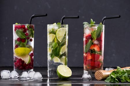 verschillende frisse limonades in glazen met ijsblokjes, cocktail glazen concept