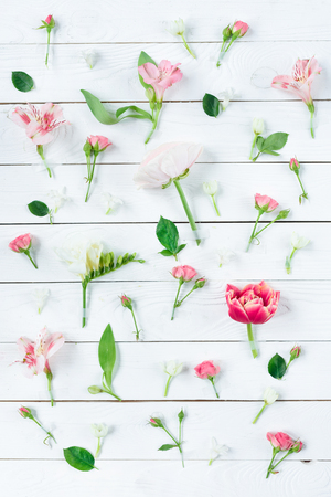 木製のテーブルに緑の葉を持つ美しい花のトップ ビュー