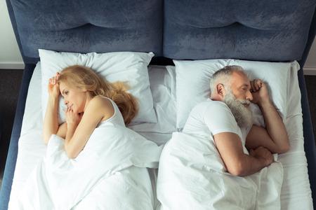 Paar im Bett liegend Rücken an Rücken zu Hause Standard-Bild - 80407252