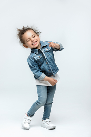 lustiges kleines Kindermädchen in den Jeans