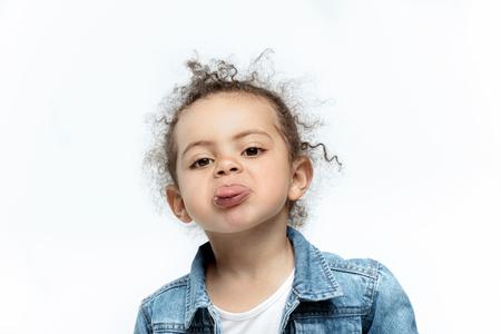 Lustiges kleines Kindermädchen in Jeans Standard-Bild - 80407560