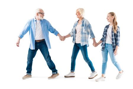 幸せの祖父、祖母と孫娘歩いて、一緒に手を繋いで
