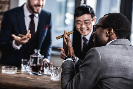 비즈니스 팀 지출 시간, 시가 흡연 및 위스키 마시는