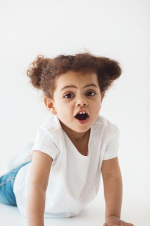 白で隔離の表情と少女の子供