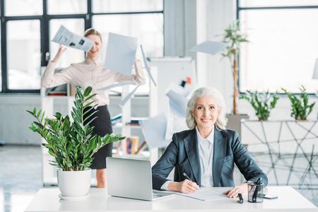 Femme d'affaires assis sur le lieu de travail Banque d'images - 80599726