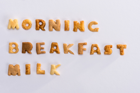 Parole mattina, colazione, latte dall'alfabeto corn flakes isolato su grigio Archivio Fotografico - 80603476