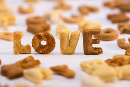 Vista ravvicinata di amore di parola e alfabeto di cereali colazione sana Archivio Fotografico - 80603448