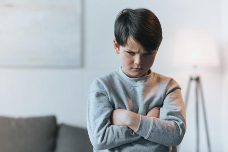 腕を組んで子供男の子を混乱させる